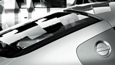 Karl Lagerfeld est un fameux fashion designer et photographe à ses heures. Ici, il met en scène l'Audi R8. Quoi de mieux pour créer une crédibilité et faire du buzz autout de cette première supercar Audi?.